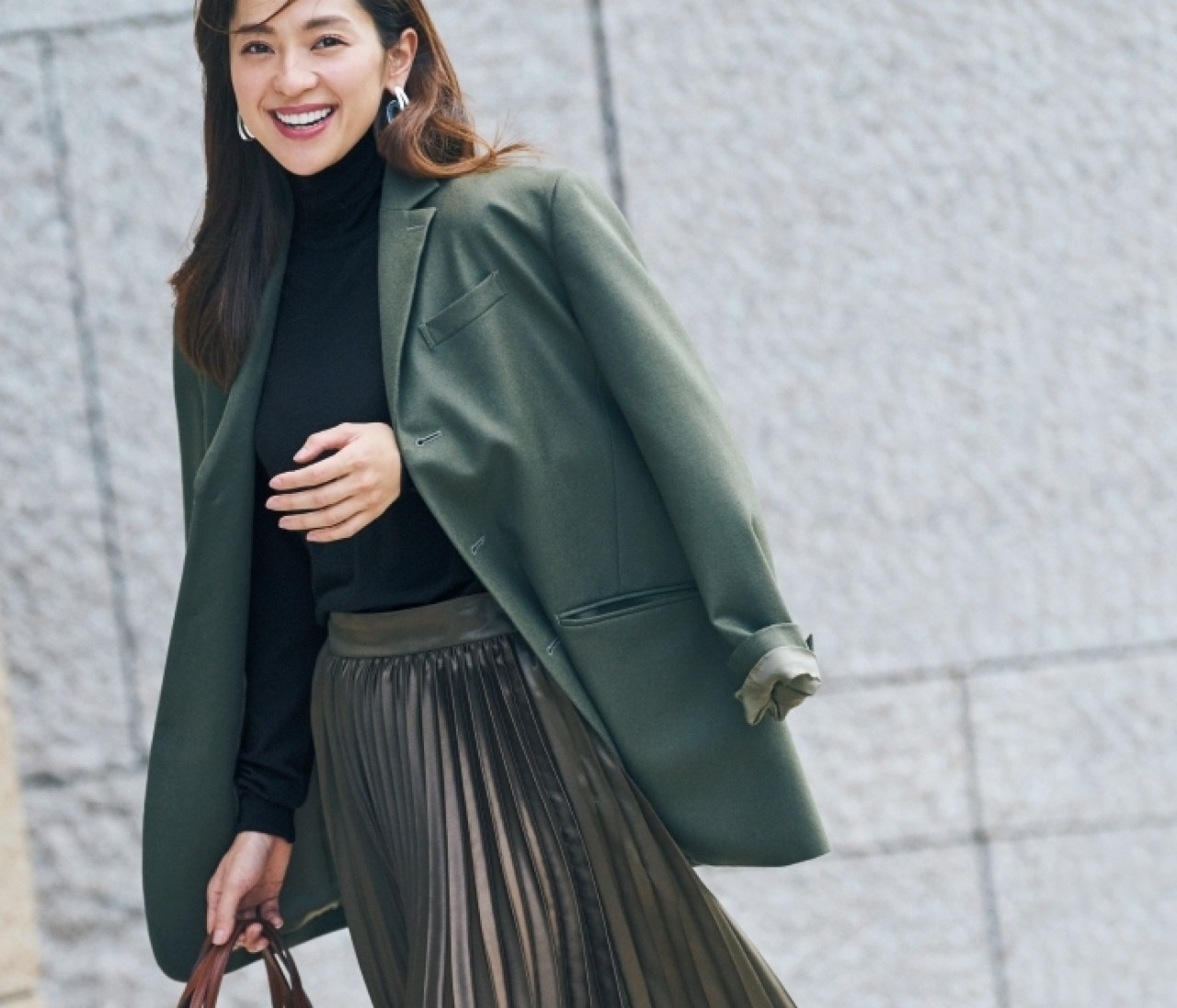 いつ見てもちゃんと女っぽい♡「光沢プリーツスカート」5選
