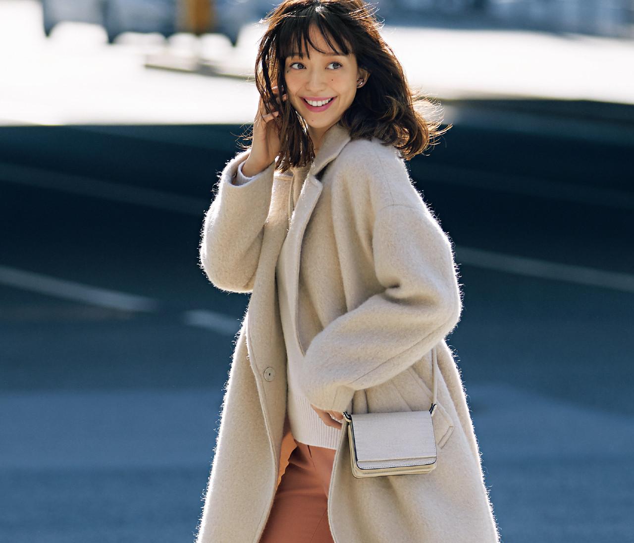 【30代冬の着やせルール4】「くすみパステルのパンツ」は淡色トップス&鋭角小物で細見え!