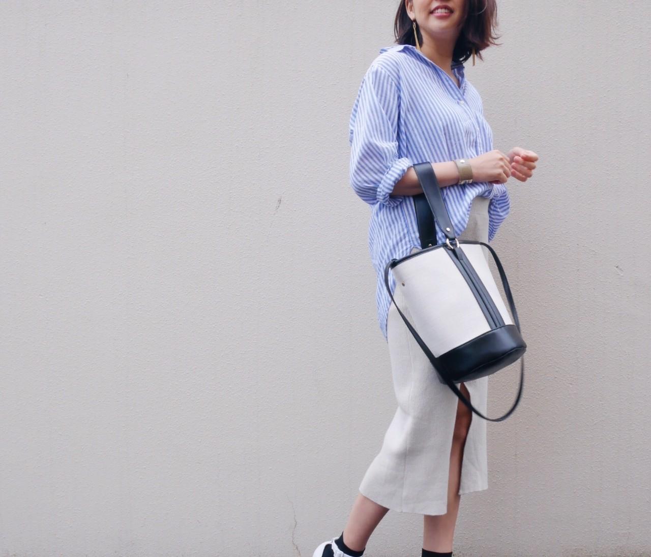 H&Mのビッグシルエットシャツに靴下×サンダル。