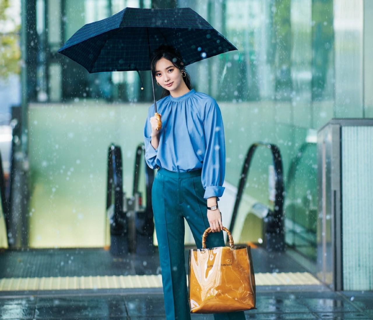 火曜日は、お気に入りの傘と機能性アイテムで梅雨対策【30代今日のコーデ】
