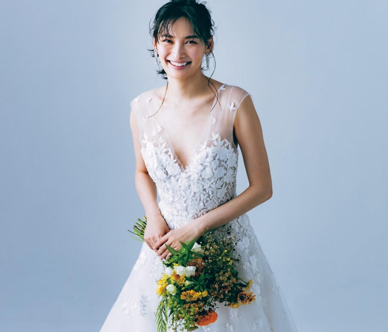Aラインのウエディングドレスは小物でスパイスを【withコロナ時代の写真映えドレス5】