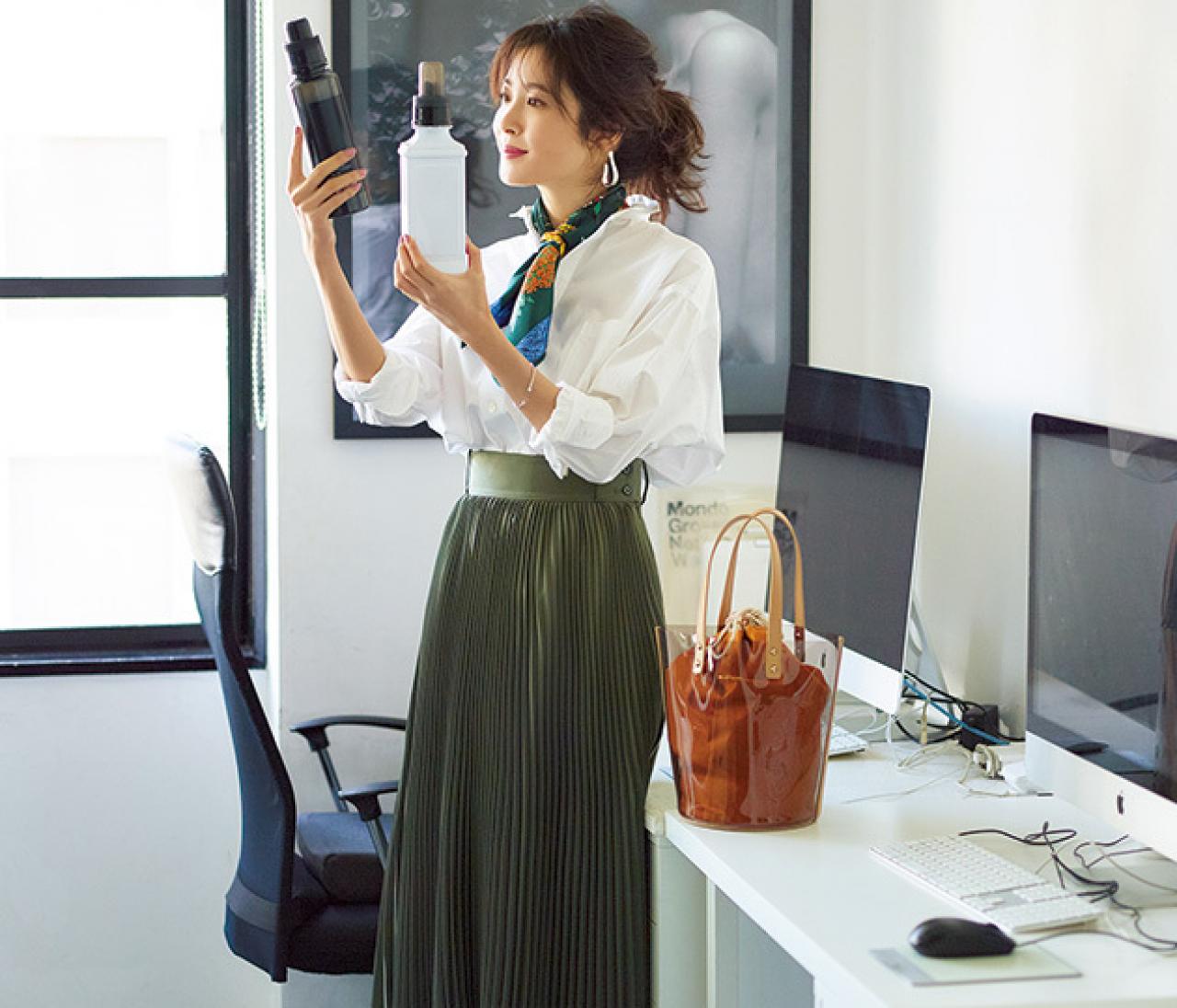 パリッとシャツの日は、甘くなりすぎないカーキプリーツスカートを!【2018/5/22のコーデ】