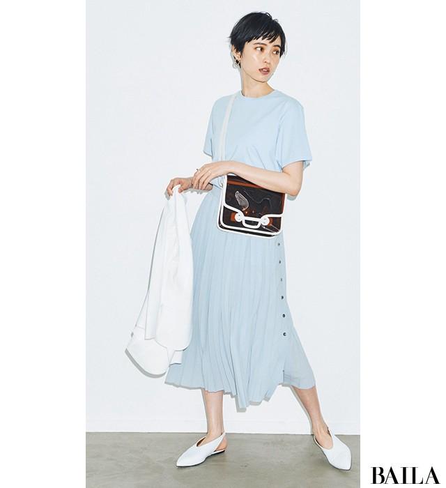 PVCバッグが涼しげにアイシーな色の魅力をきわだたせて