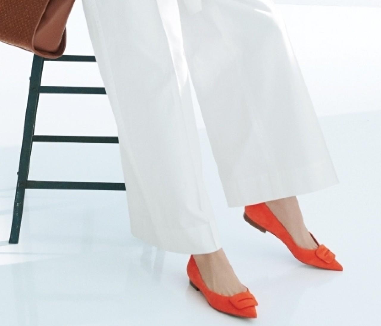 【働く女子の春フラット靴】バックルつきの細身シルエットでスタイリッシュに