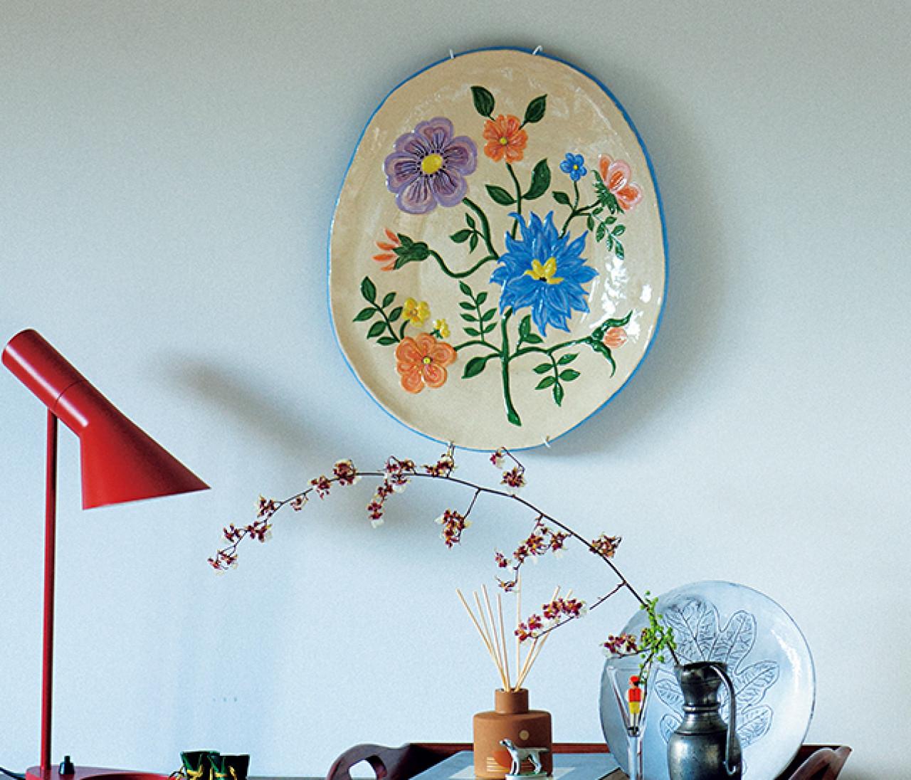 【インテリア雑貨の飾り方1】プレートやミラーを壁にかけておしゃれ空間を演出