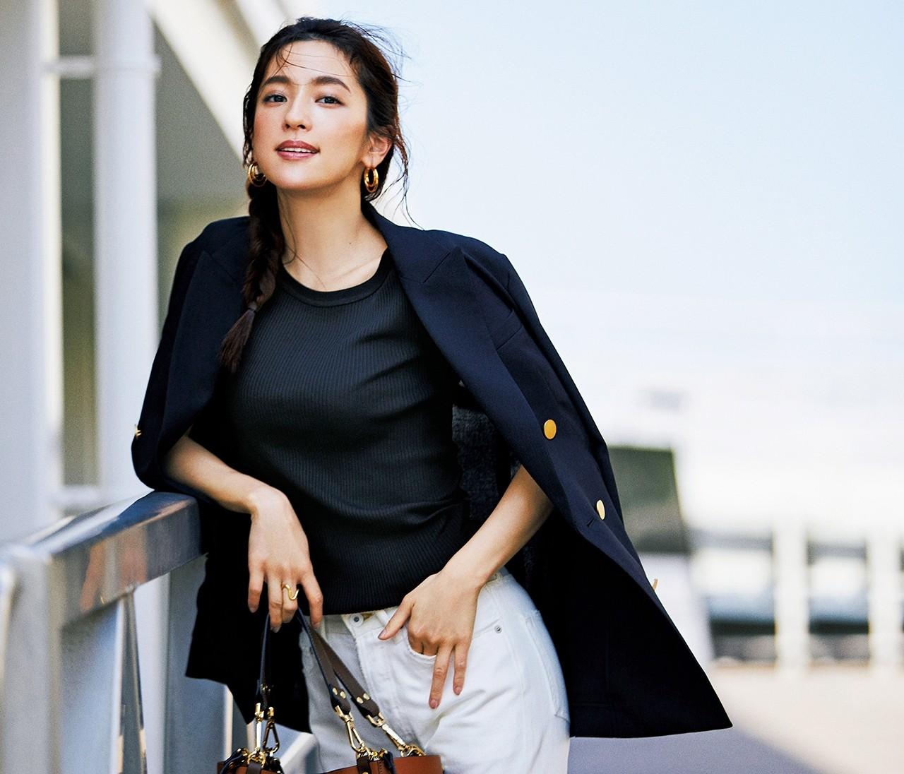 【中村アンが着こなす黒Tシャツ】秋めくシックな女らしさを取り入れて