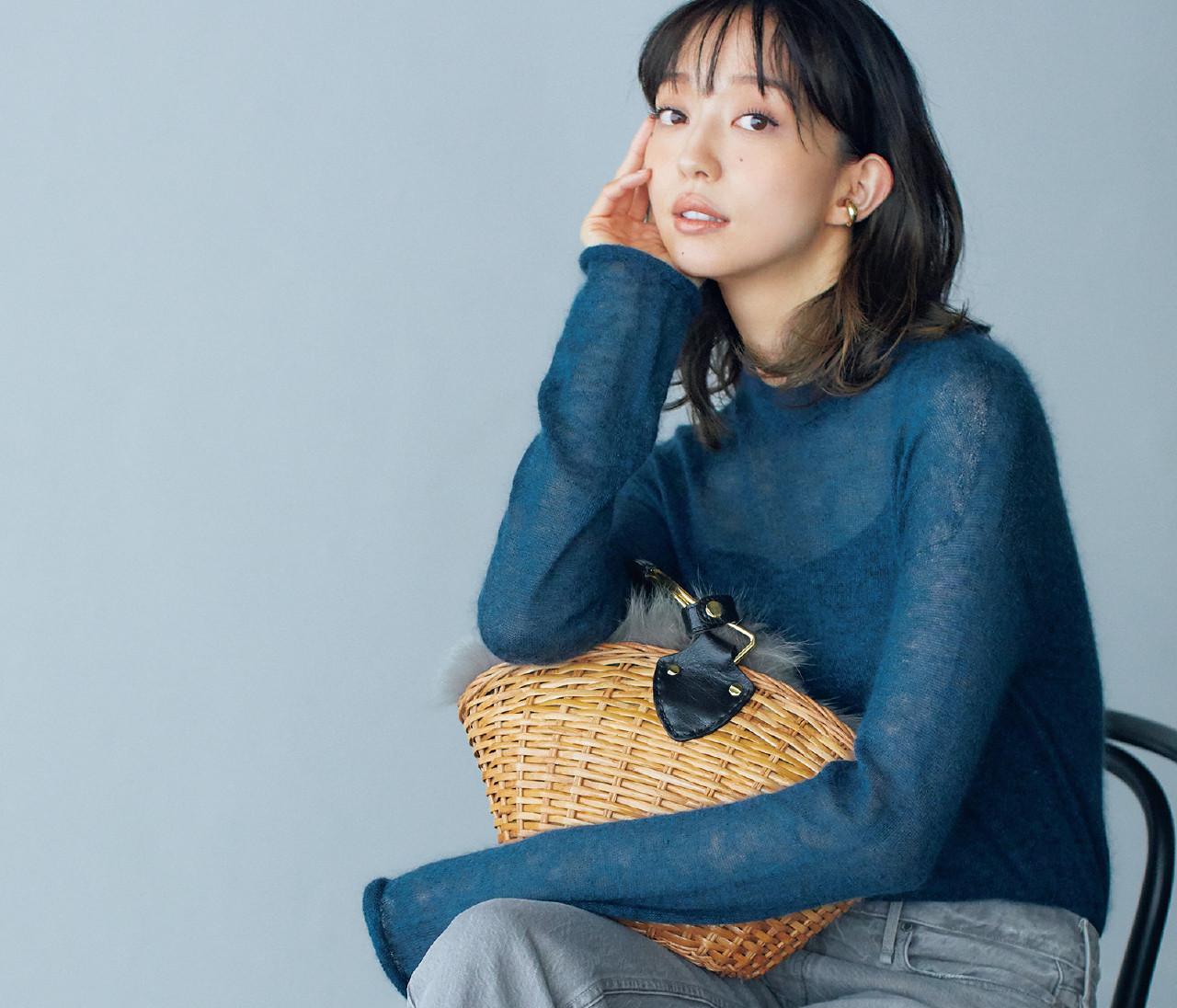 【30代冬の着やせルール2】「透けニット」は寒色系を選べばすっきり見える!