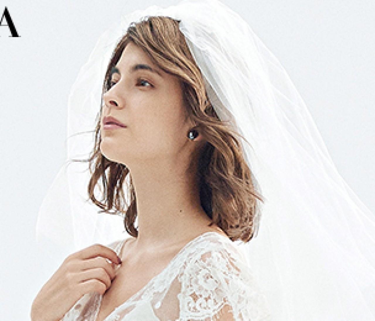 カジュアルに取り入れたい【グレー小物】×ラスティックな白ウェディングドレス