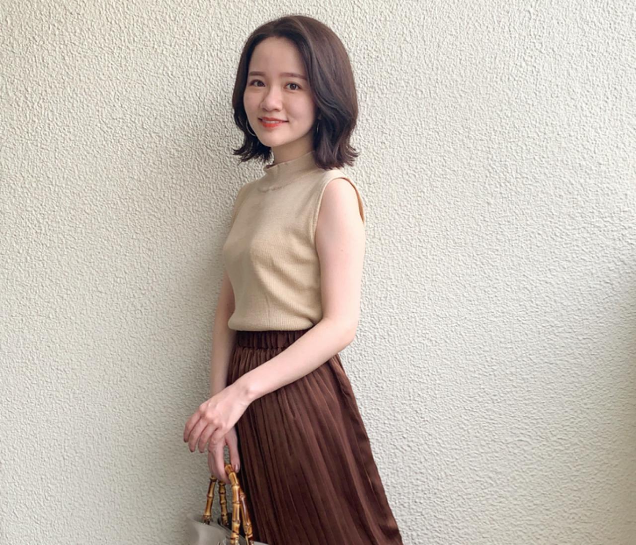 【150cmコーデ】夏から秋まで使える!秋カラーの光沢プリーツスカート