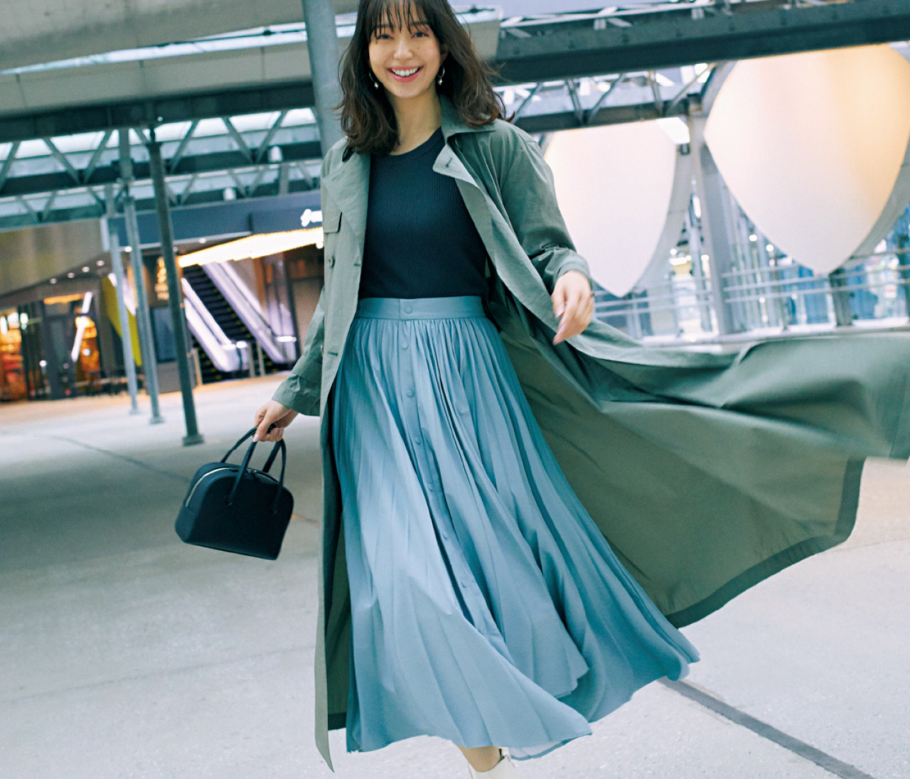 日曜日は、春のイチ押しカラー「くすみブルー」のスカートで新鮮に!【30代今日のコーデ】