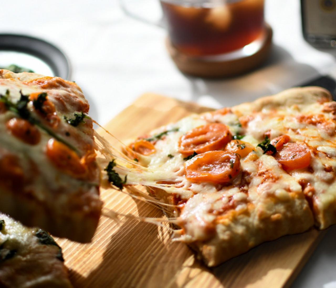 【成城石井の石窯薪焼きピッツァ】399円の 大人気冷凍ピザに長方形が登場。簡単&美味の加速ぶりをレビュー!