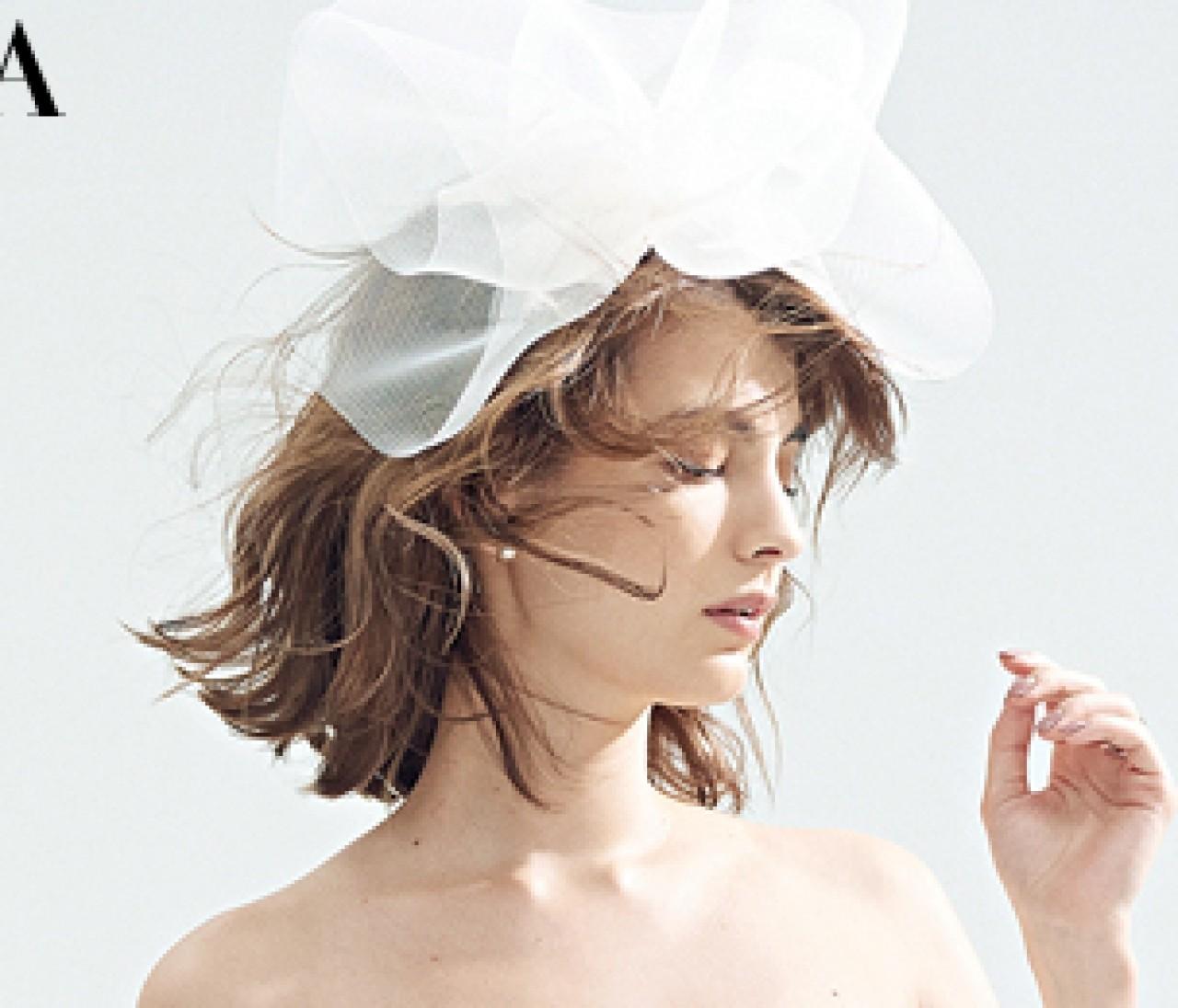 カジュアルに楽しむ白ドレスは個性派な【白小物】で自由に飾って