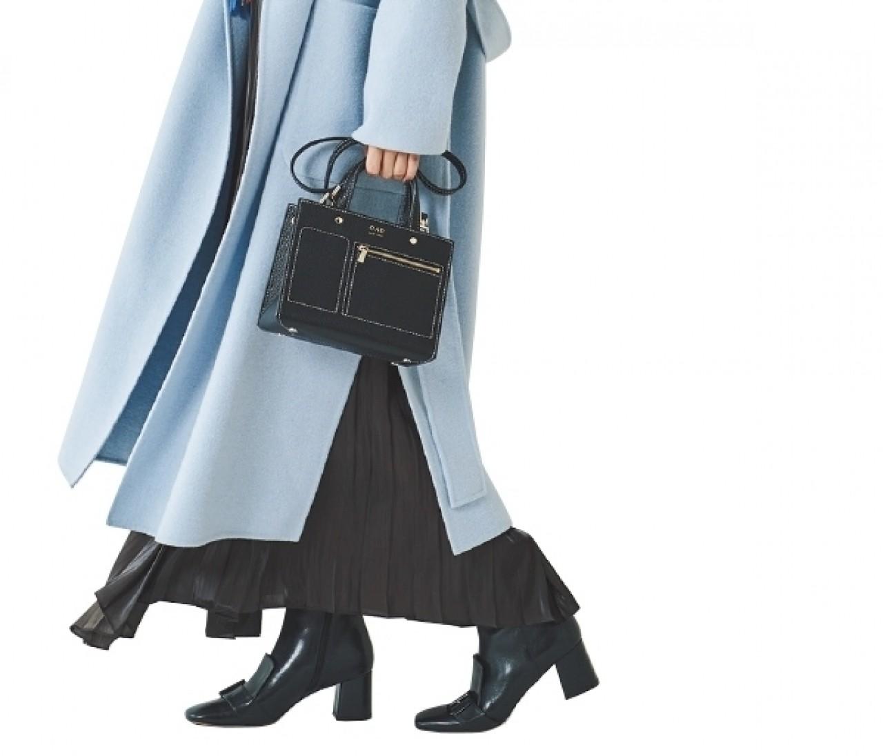 【きれい色コート】を着るなら、足元はモード&強め柄で主張して