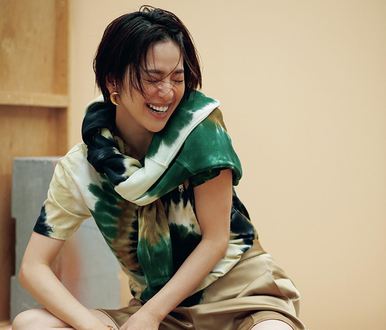 【中村アン】タイダイ柄Tシャツは、大ぶりなゴールドのアクセとともに