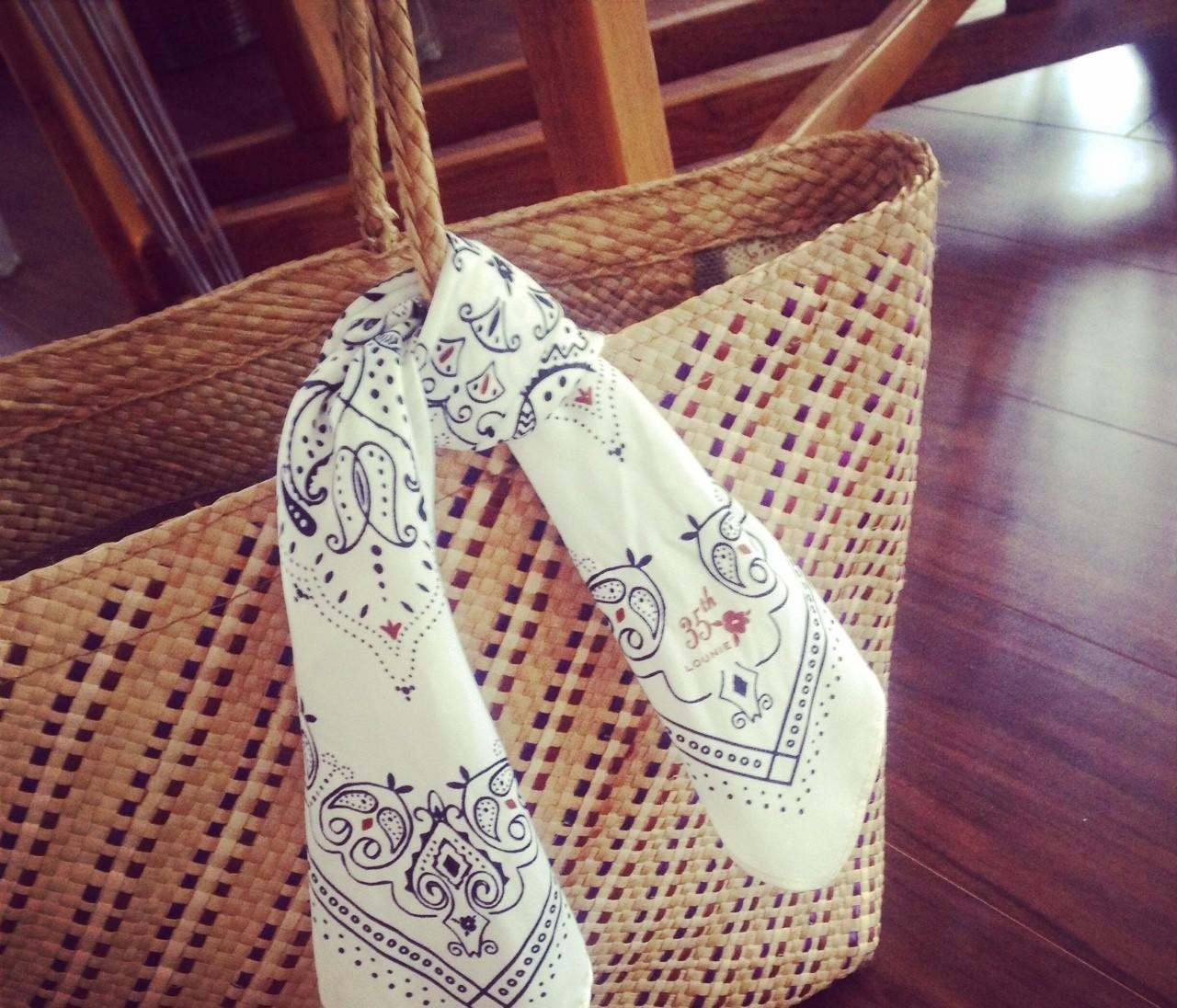 週末は、いつものカゴに、バンダナ柄スカーフくるっと。