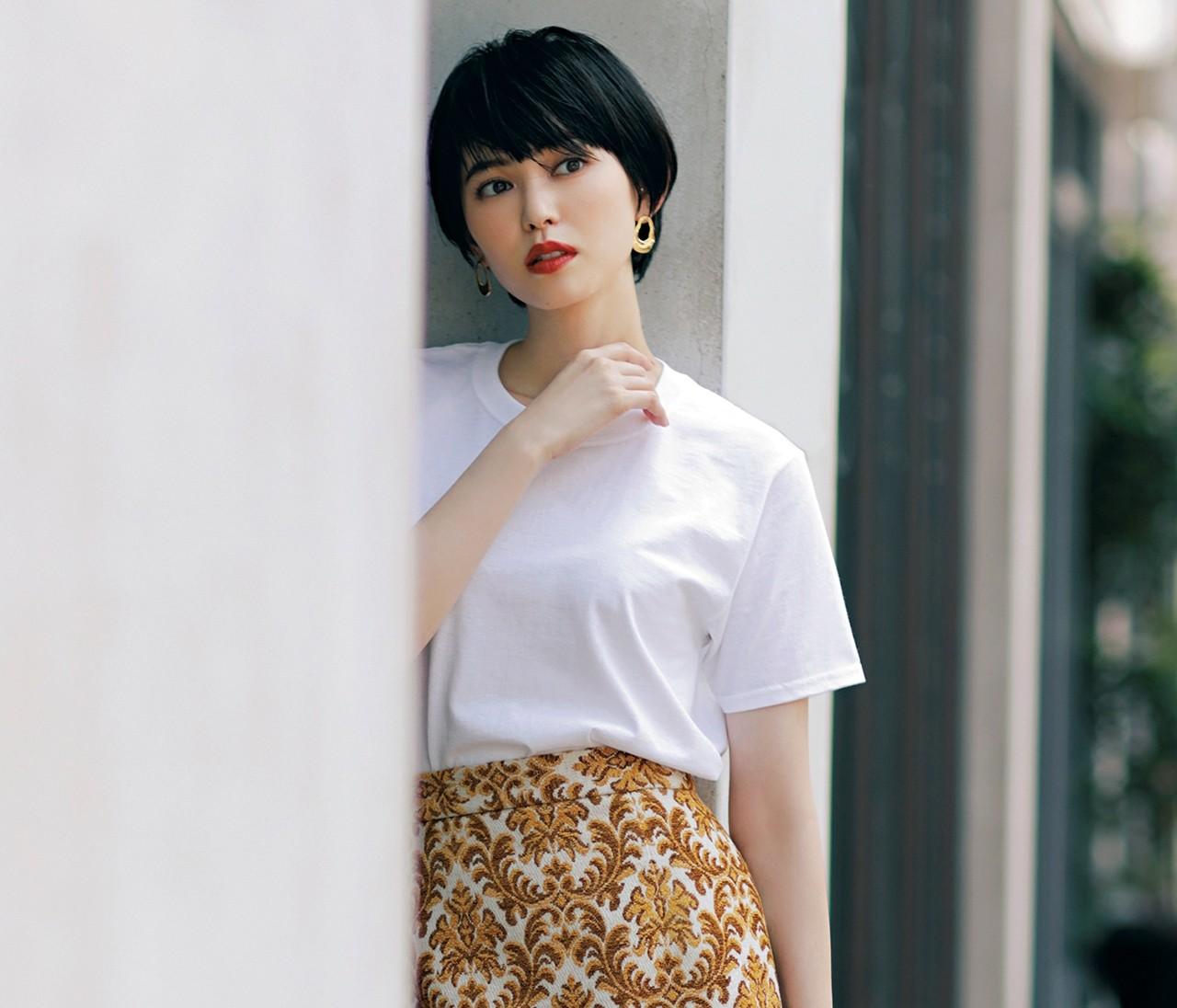 「白Tシャツ×レディなスカート」でつくるクラシカルスタイル