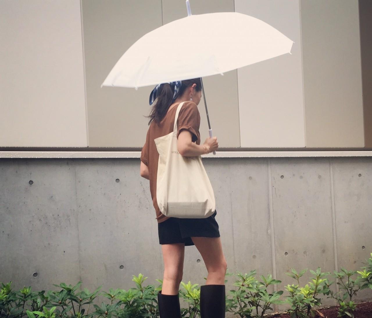 ビッグT×ショートパンツ×レインブーツで雨の日コーデ。