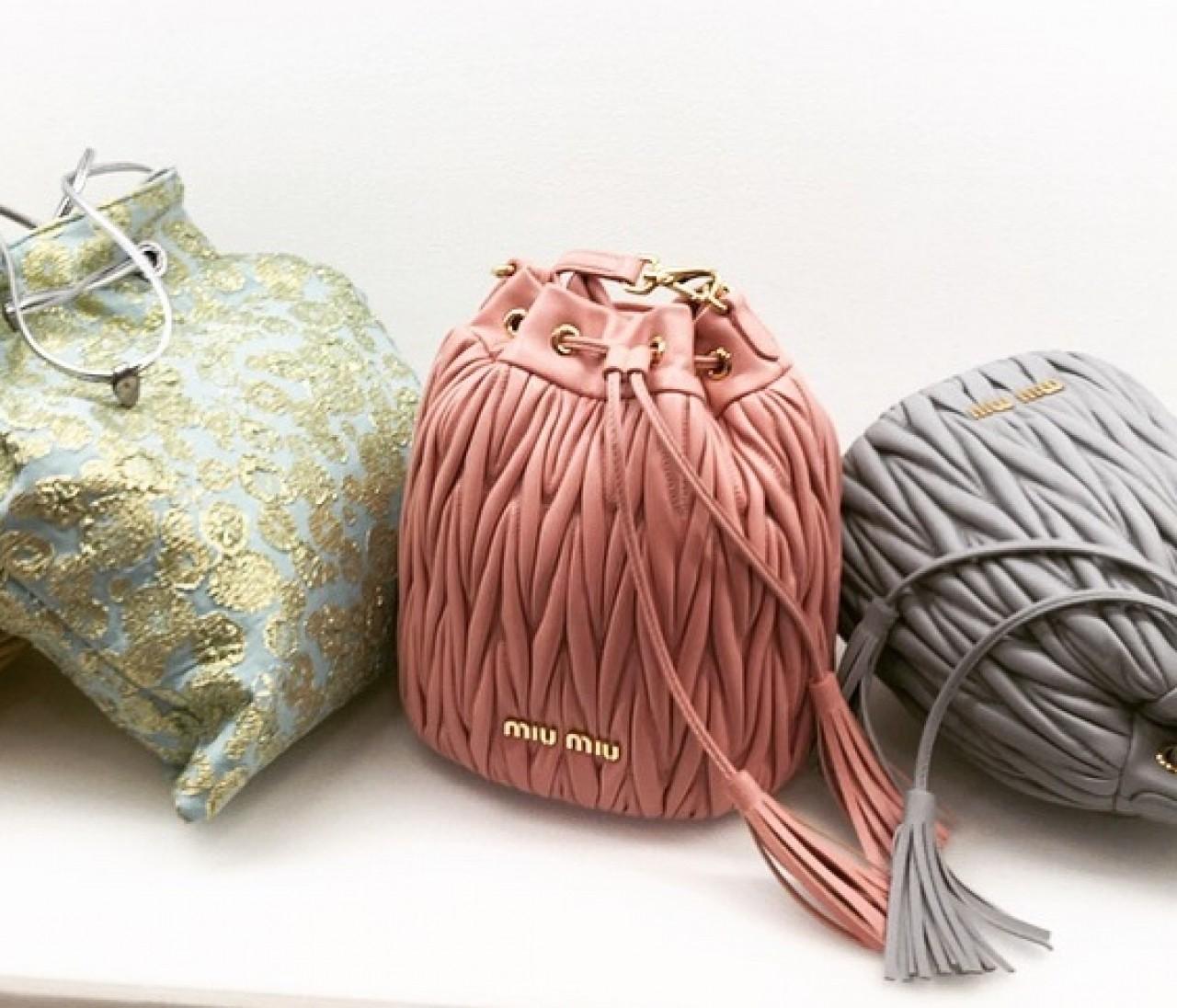 人気のミニバッグで差を付けるなら巾着タイプが気になる!