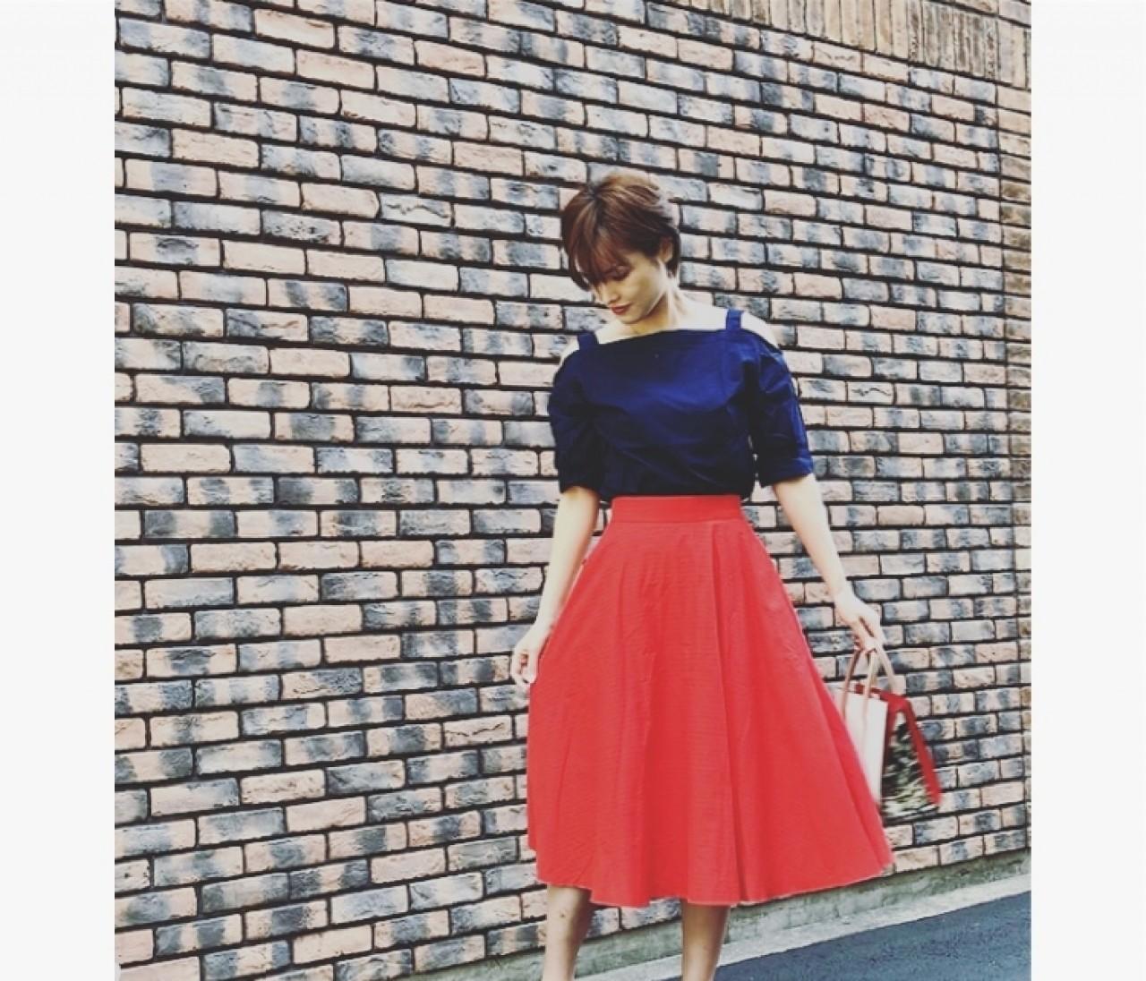 赤色っぽいオレンジが可愛い。UNIQLOのサーキュラースカート