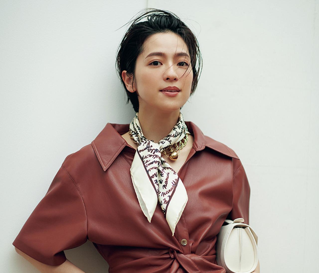 【中村アン】ブランドロゴのスカーフで夏のおしゃれにアクセント