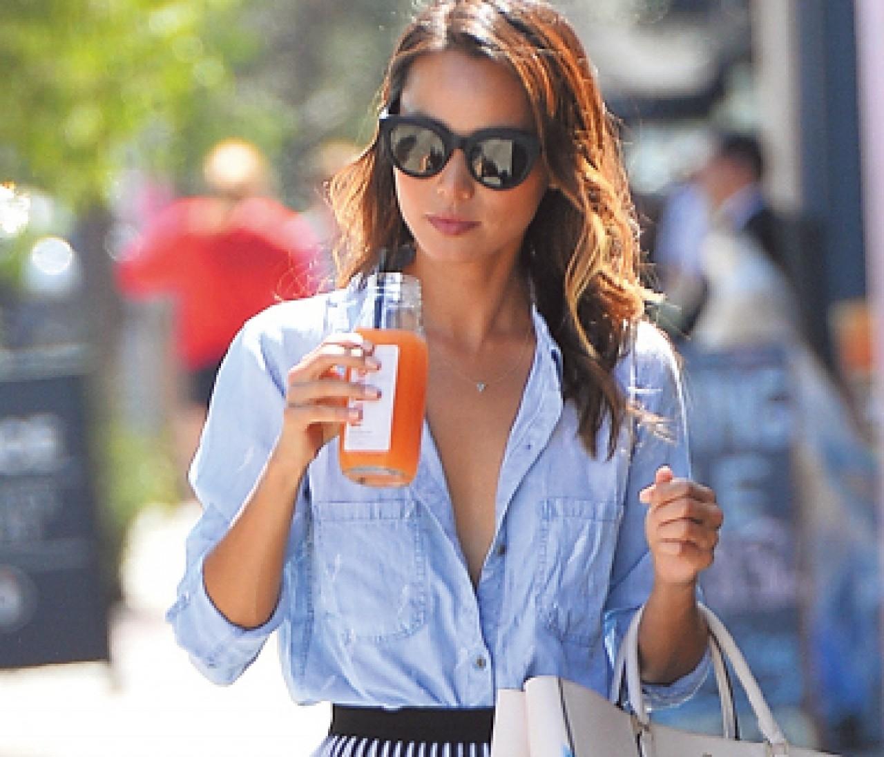 【日めくりセレブ】ジェシカ・アルバが着こなす夏のシャツスタイル