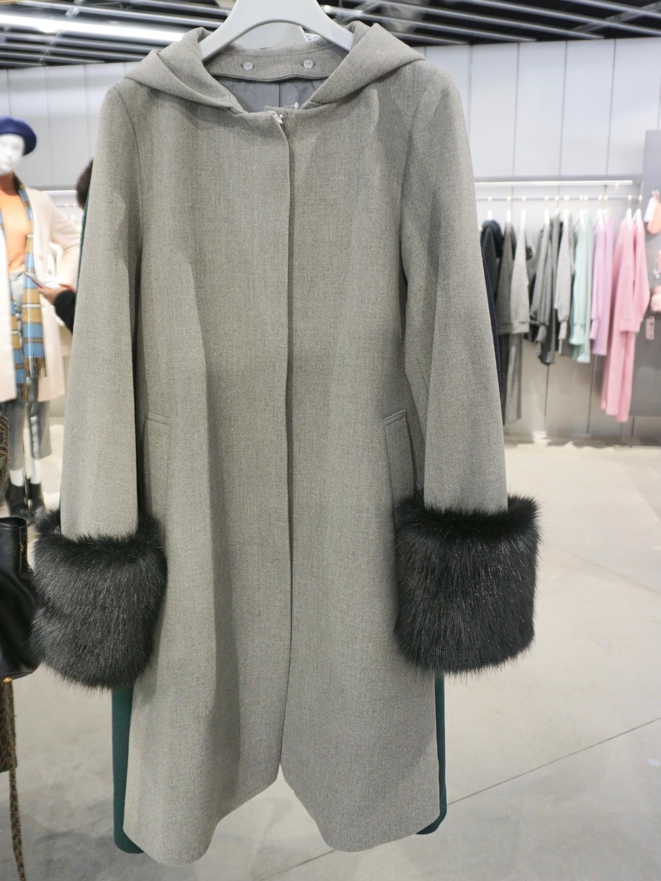 GU(ジーユー)の幅広フェイクファー袖つきウールフードコート