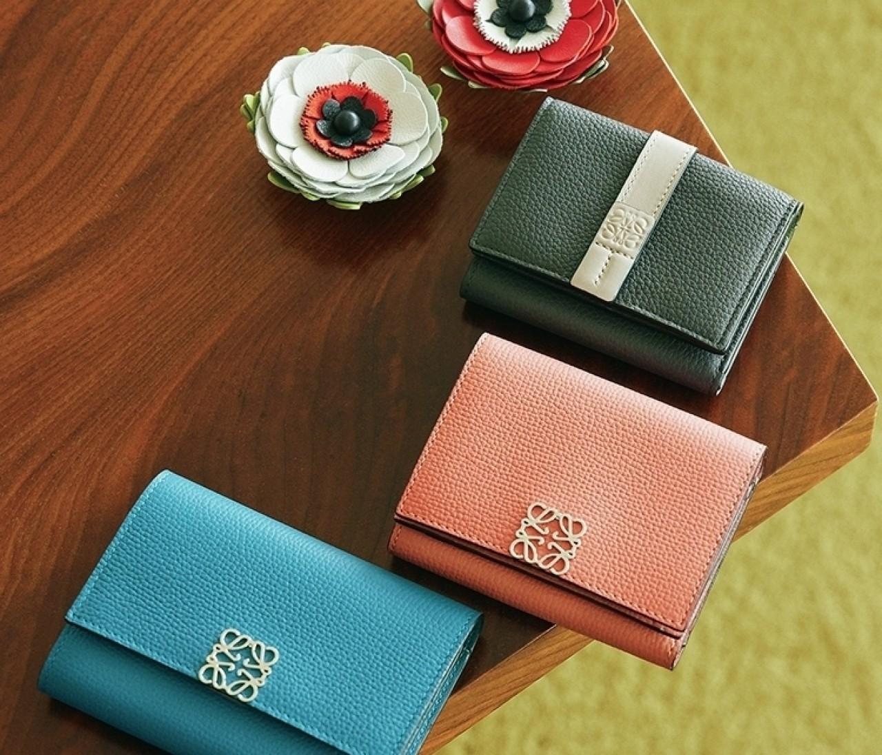 【ロエベ】ミニ財布3種&レザーのフラワーチャームで上質を実感!