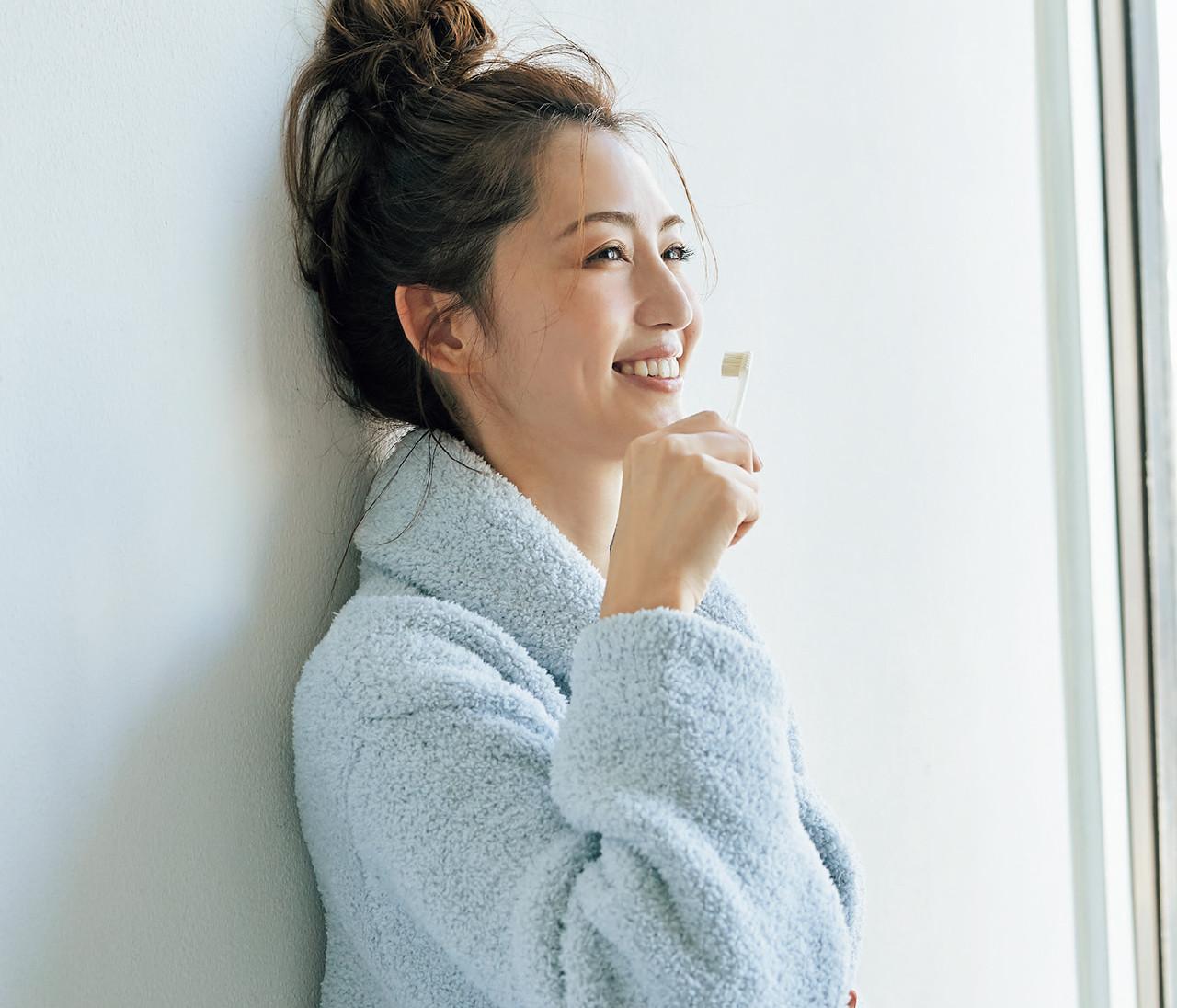 """歯磨きタイムは壁を利用して美姿勢に!【有村実樹さんの""""ながら美容""""のススメ】"""