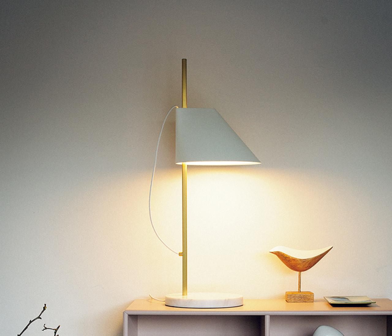 【インテリア雑貨の飾り方2】デスクトップ照明をプラスして自宅を心地よく