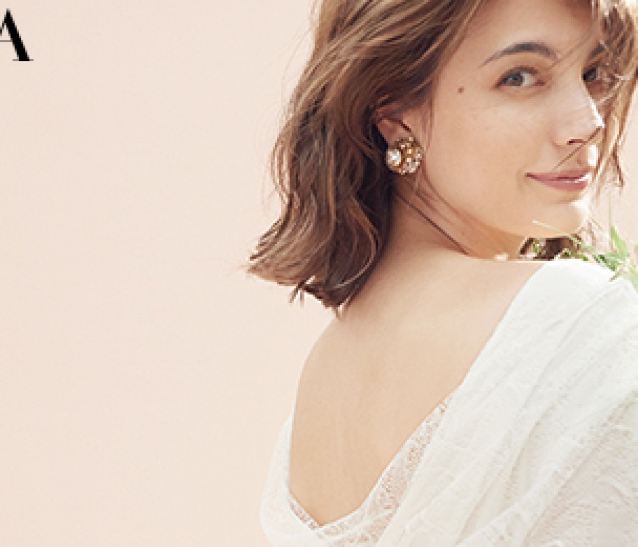 ラスティックな白ドレスには【ニュアンスカラー小物】でナチュラルに