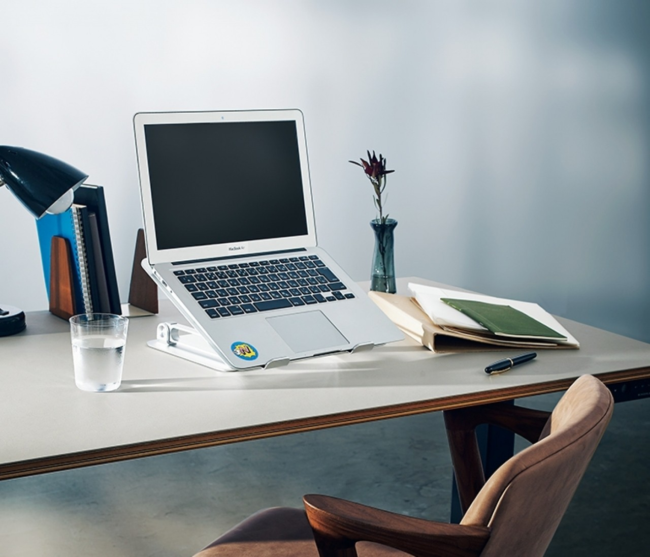 在宅ワークに役立つ!電動デスクからリングライトまでプロのおすすめ家具&インテリア11選【おうち名品アワード1】