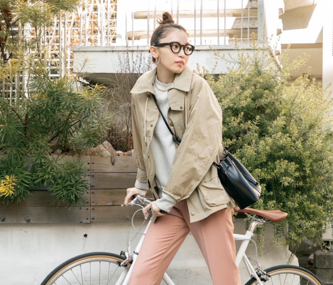 月曜日は、ピンクのきれいめパンツでカジュアルスタイルを都会的に【30代今日のコーデ】