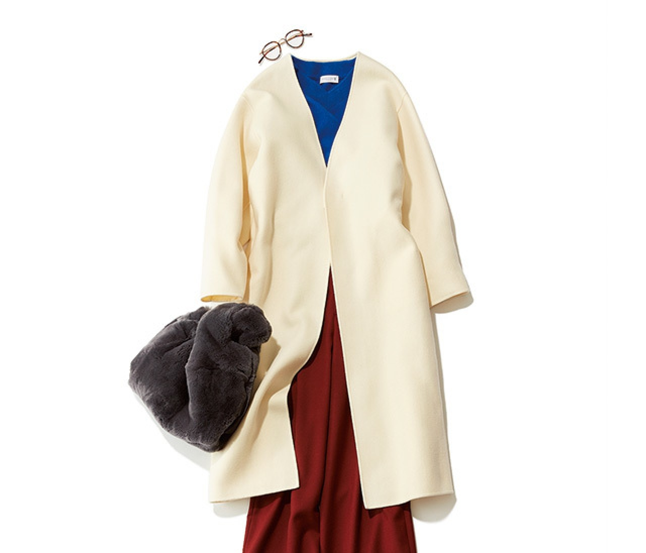 ホワイトコートが見違える! ブルー×赤みレッドで、新鮮冬コーデ♡