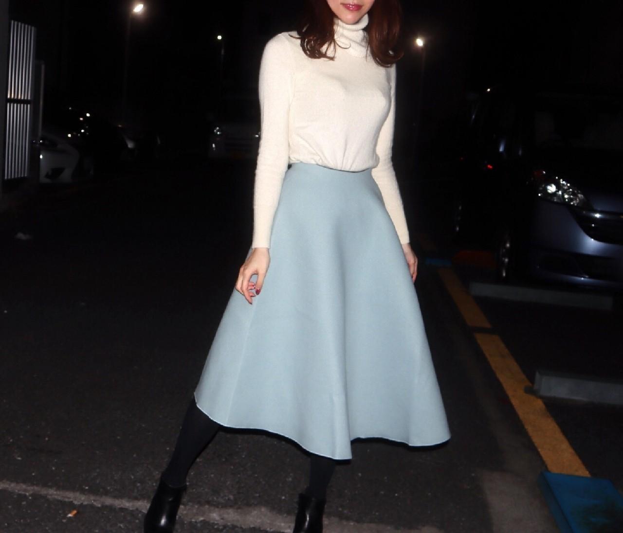 【ホワイトニット×ブルーグレースカート】冬のアイシーカラーコーデ♡
