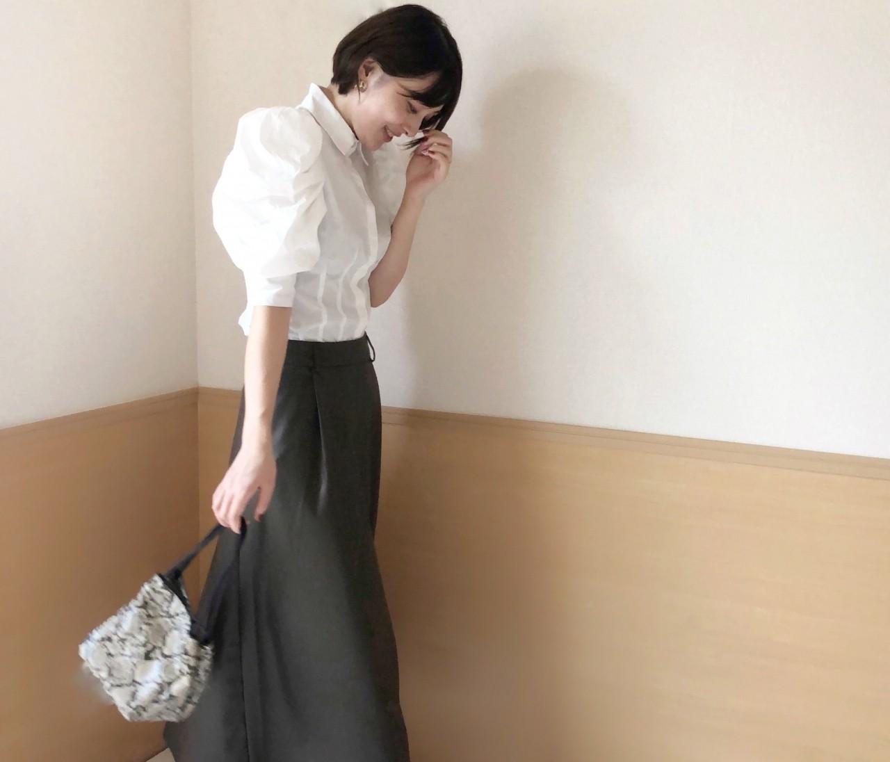 秋のマストアイテム♡GUフェイクレザースカート×白シャツ〈ブラウンコーデ〉