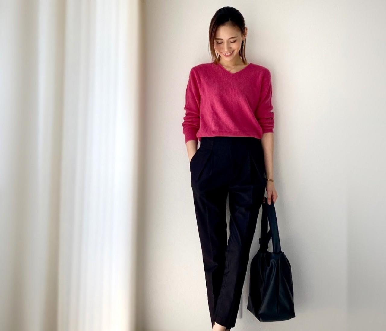 UNIQLOきれい色トップス×黒パンツで大人のシンプルコーデ