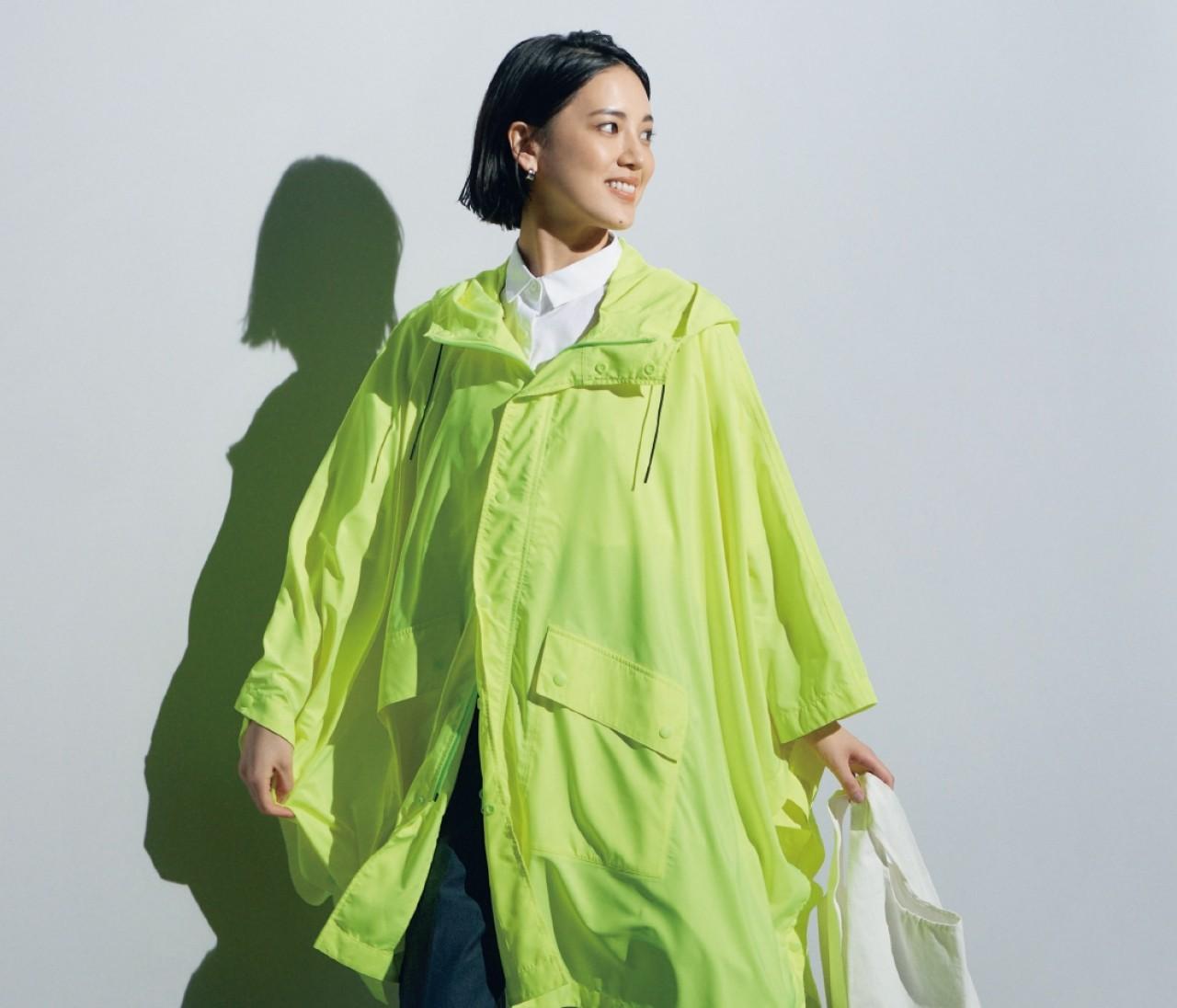 水曜日は、ネオンイエローのレインポンチョで雨の日でもご機嫌に【30代今日のコーデ】