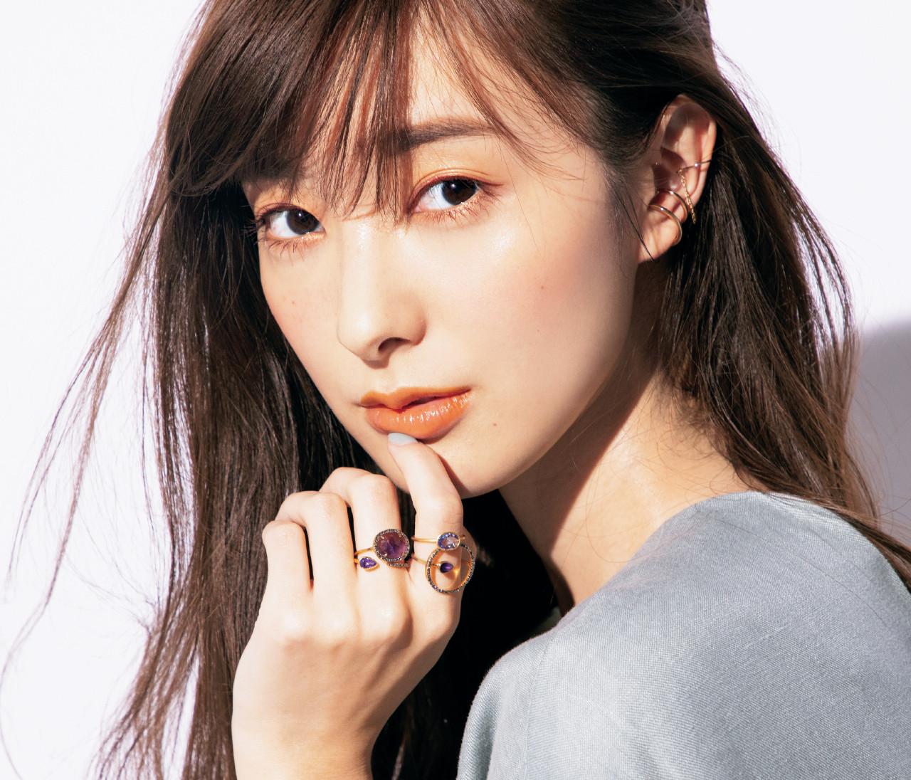 宮本茉由はイヤカフ&色石リングの重ねづけでシンプルコーデを盛る!