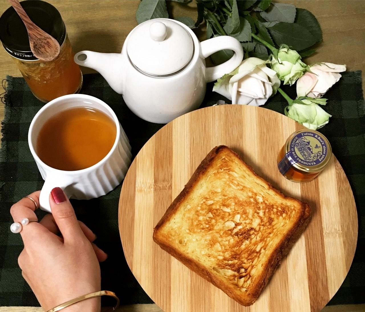 ひとり朝食と今日の手元。