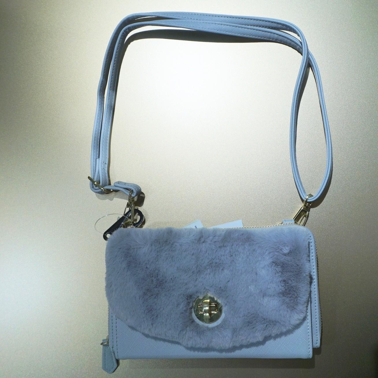 GU(ジーユー)のフェイクファーつきウォレットバッグ