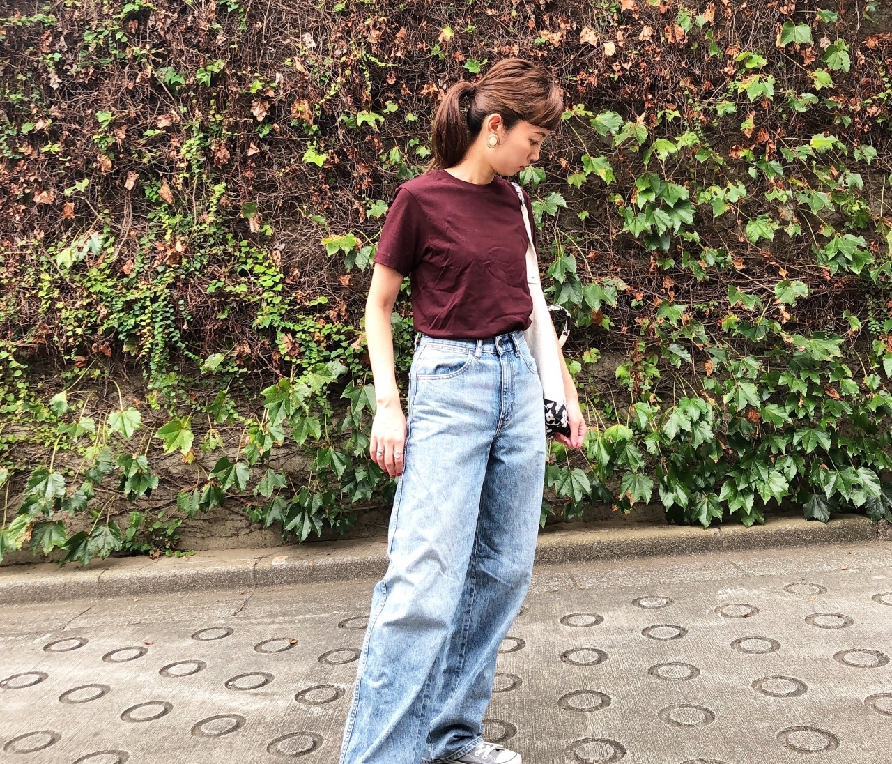 390円のベイクドカラーTシャツで秋のカジュアルコーデ