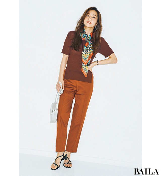 重厚感のあるブラウンワントーンコーデはスカーフで軽やかさをプラス